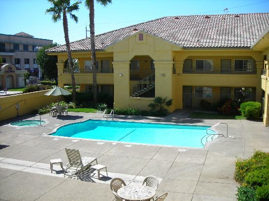 Quality Inn & Suites: Court Yard/Pool area