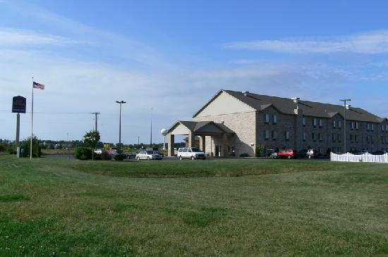 Best Western Plus Howe Inn: Outside view of Best Western in Howe Indiana