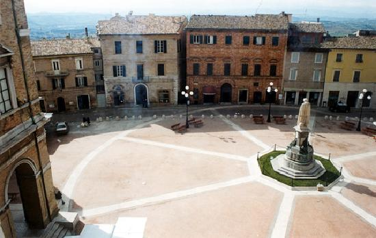 Recanati, Italie : Piazza Giacomo Leopardi