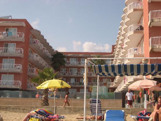 Hotel Augustus : vista del hotel desde la  toalla de la playa.