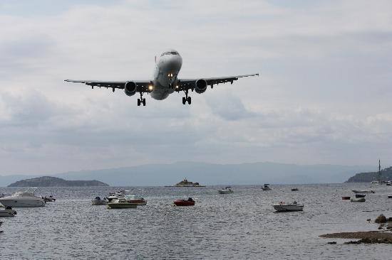 Hotel Esperides: plane landing at skiathos airport