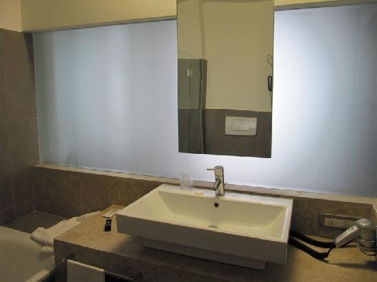 Bagno In Camera Con Vetrata : Il bagno con la parete di vetro foto di occidental aran blu