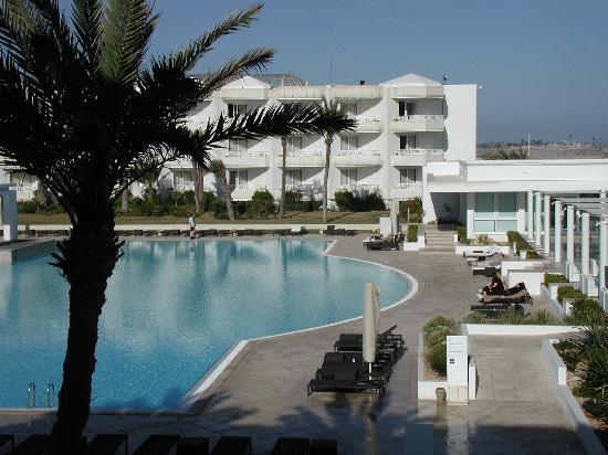 Radisson Blu Palace Resort & Thalasso, Djerba: Vue de la suite junior concernant la piscine