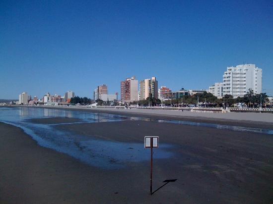 Hotel Peninsula Valdes: Marea baja. Hotel (edificio blanco a la derecha de la foto)