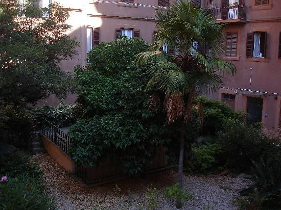 Residence San Pietro La Corte: Cortile visto dalla finestra della stanza