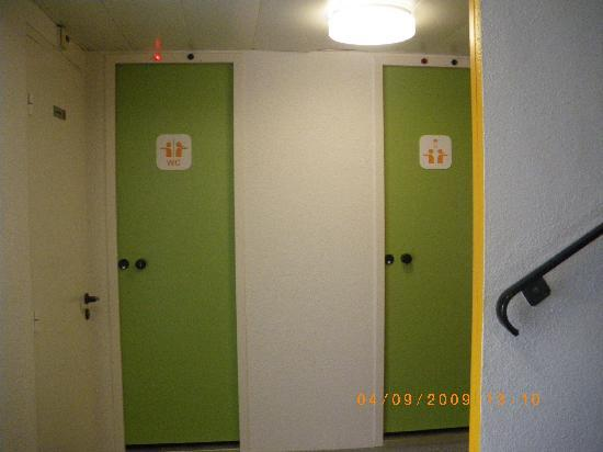 chambre triple 1 lit double et 1 lit simple photo de hotelf1 lille villeneuve d 39 ascq. Black Bedroom Furniture Sets. Home Design Ideas