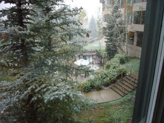 Marriott's StreamSide Evergreen at Vail: View of Hot Tub from #304