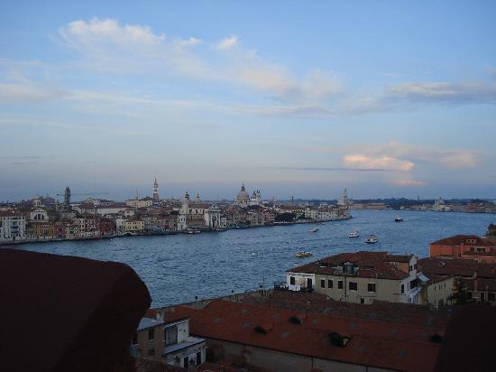Vue de venise depuis la piscine photo de hilton molino for Venise hotel piscine