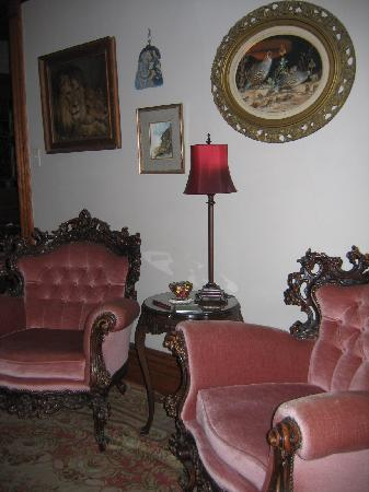 Hansen House Mansion Guest House: Some lovely furnishings in the living room!