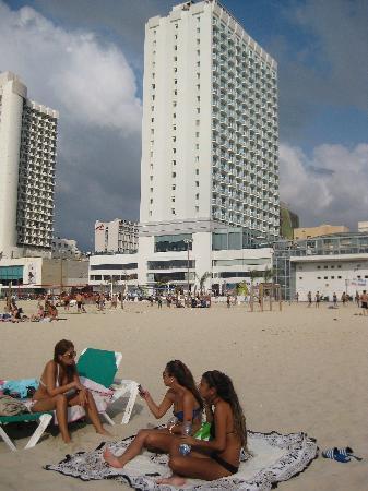 คราวน์พลาซ่า เทลอาวีฟ: Bronzed beauties in front of the beachside Crowne Plaza Tel Aviv