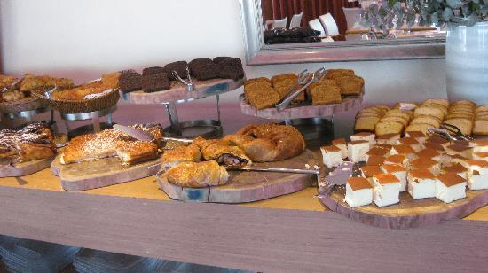 คราวน์พลาซ่า เทลอาวีฟ: Seection of breads at the buffet of Crowne Plaza