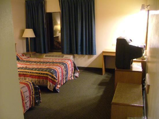 Motel 6 Libertyville: Overview of beds, desk, tv & built in bench