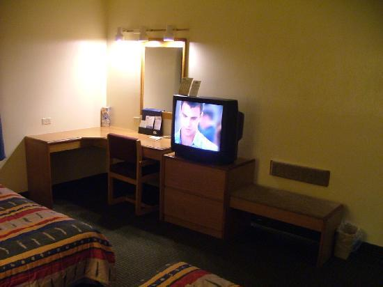 Motel 6 Libertyville: Desk, bench & TV (reception was great)
