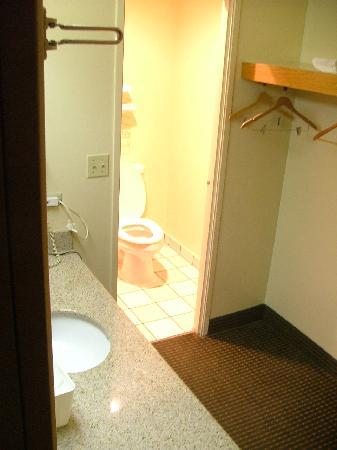 Motel 6 Libertyville: Bathroom was clean & in good shape