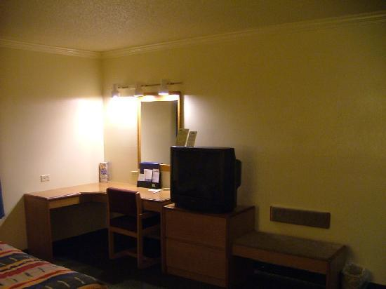 Motel 6 Libertyville: Overall this room was spacious & clean