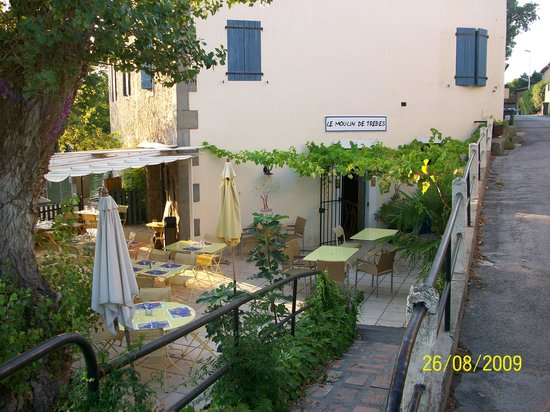 Le Moulin de Trebes: view of the restaurant from the street