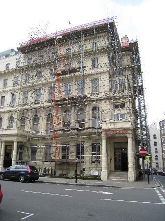 Averard Hotel: scaffolding in front of the averard