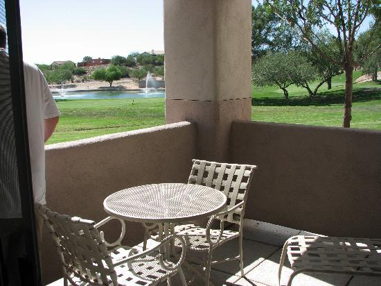 The Golf Villas at Oro Valley: Private patio overlooking the golf course and mountain views