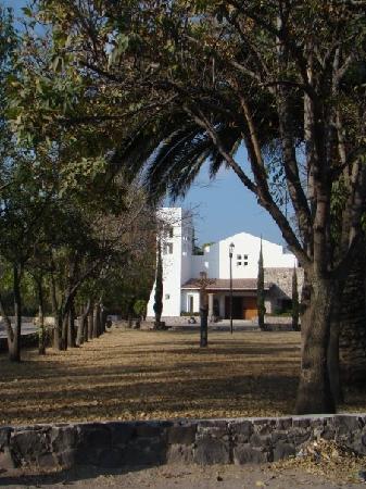 Hacienda Jurica: iglesia enfrente de hotel..