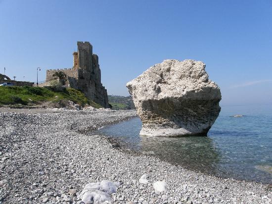 Condado de Antrim, UK: Castello di Roseto Capo Spulico Calabria mar jonio (dove ha fatto la pubblicita' Gattuso)