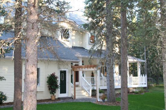 High Country House: La facade du BéB dans son parc