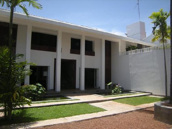เล้ค ลอดจ์: The main facade of the lodge
