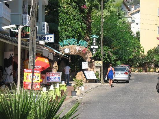 Pasahan Apartments: Entrance