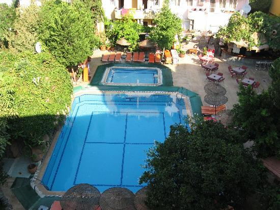 Pasahan Apartments: The pool
