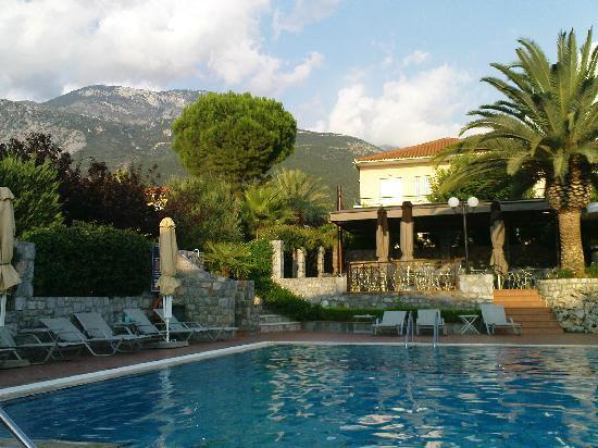 Akti Taygetos Conference Resort : Pool area in late afternoon with Mount Taygetos in the background