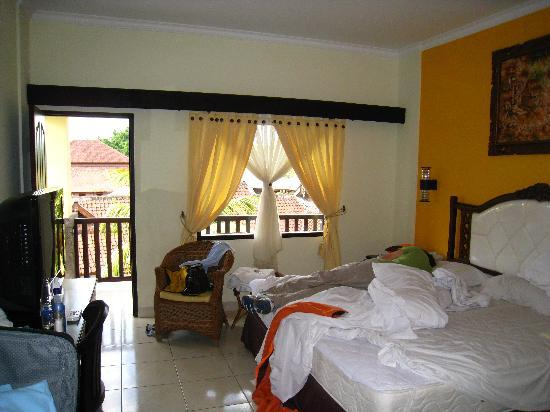 Grand Sinar Indah Hotel: Bright, cheerful colors in the basic room
