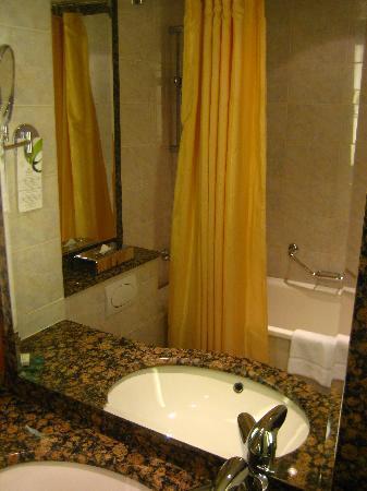 AZIMUT Moscow Olympic Hotel: bathroom
