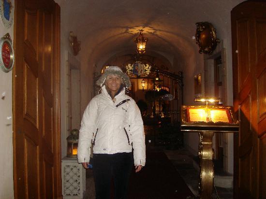 อัลเคมิสท์ แกรนด์ โฮเทล แอนด์ สปา: Ceri Barker in the hotel entrance
