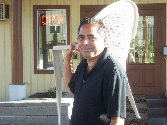 Coachman Inn: Service with a Smile