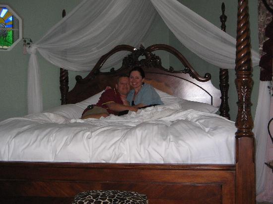 Cozy Rose Inn: big beautiful bed