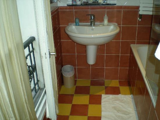 Hotel de Fleurie: french doors in bathroom too!