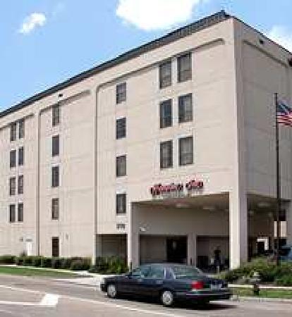 Hampton Inn Metairie: Front of Hotel
