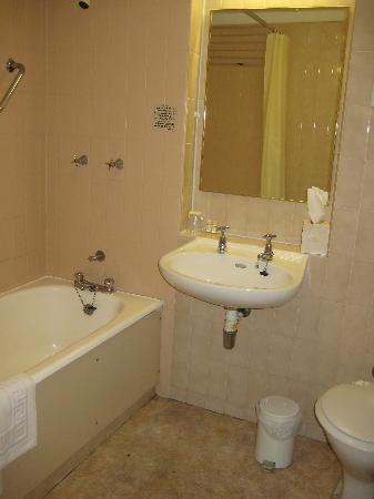 Grosvenor House Hotel: Minimal bathroom - 60s era