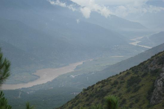 Tiger Leaping Gorge (Hutiao Xia): Magnificent view of the Yangtze River