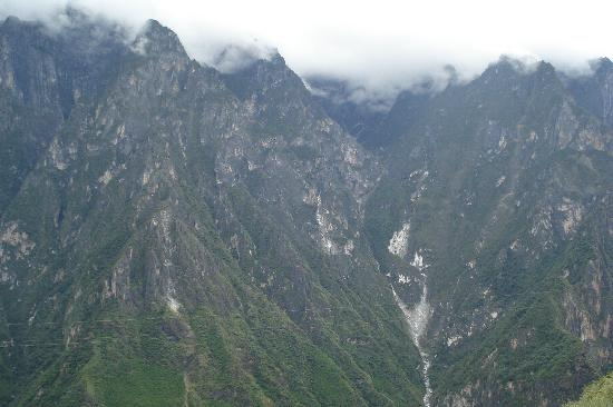 Tiger Leaping Gorge (Hutiao Xia): Majestic peaks of Leapint Tiger Gorge