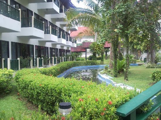 Amora Beach Resort: Landscaped Garden