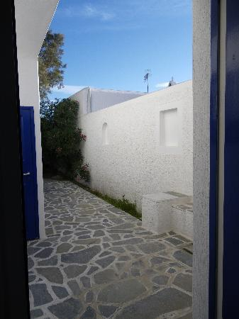 Ornos, Grecia: view from door and terrasse 2, sea at end of trees