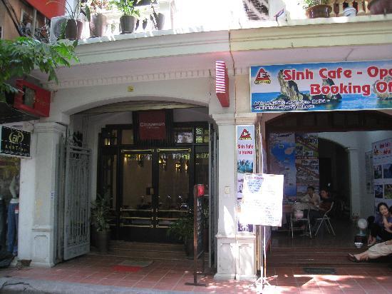 Cinnamon Hotel : 左の建物がホテル入り口