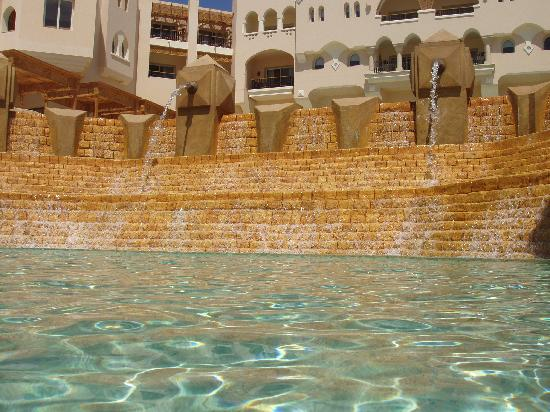 Kempinski Hotel Soma Bay: Waterfalls and fountains by the lazy river