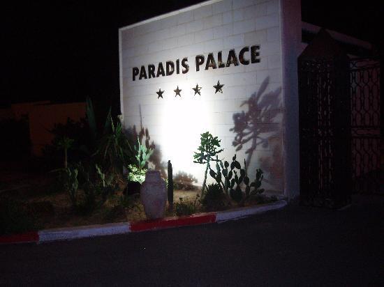 Hotel Paradis Palace: l'entrée principale de nuit!