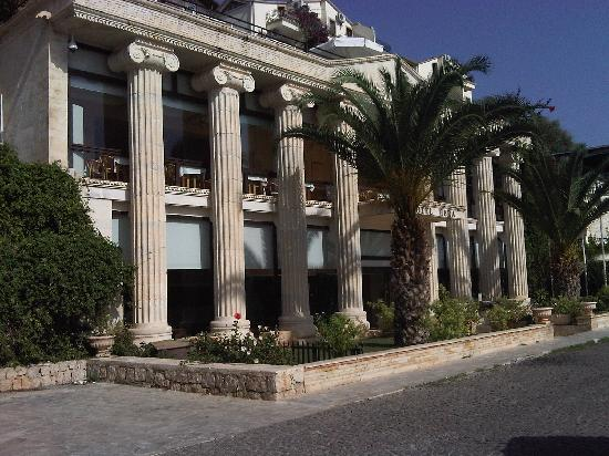Hera Hotel: the hotel front