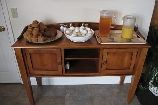 Sands By The Sea Motel: Very simple breakfast of muffins, carrot cake, juices, coffee, bananas, and apples.