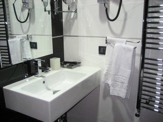MonarC Hotel:                                                                         Vanity area