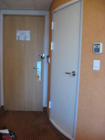 ibis styles Ambassador Seoul Gangnam: Room door and door to toilet, next to each other
