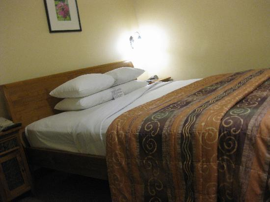 Tradewinds Hotel: bed