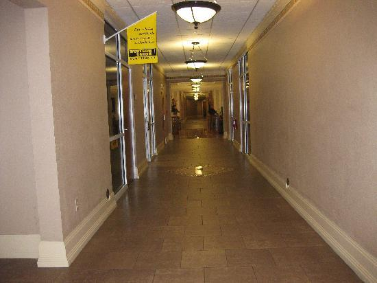 Tradewinds Hotel: outside internet cafe towards lobby (ground floot)